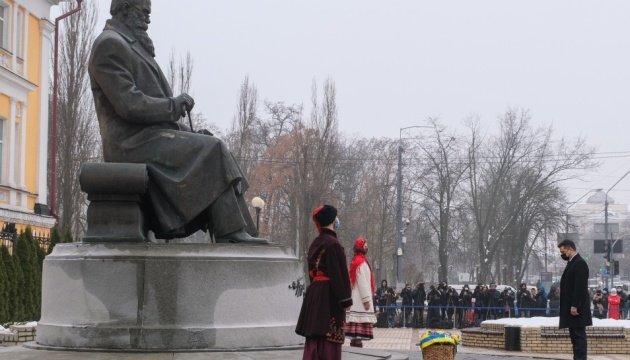 الرئيس الاوكراني يشارك في وضع الزهور على تذكار ياروشيفسكي