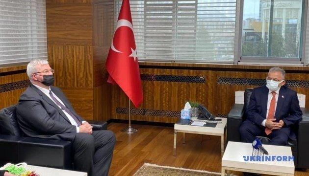 عمدة قيصري ممدوح بويوكيليتش خلال اجتماع مع السفير الأوكراني لدى تركيا أندريه سيبيجا