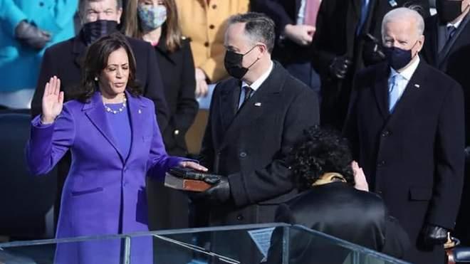 كامالا هاريس تؤدي اليمين الدستورية نائبا للرئيس الأمريكي