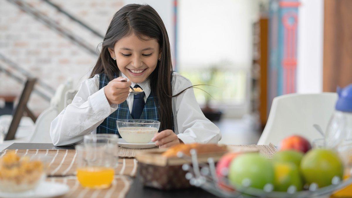 كيف يمكن للفطور ان يحسن اداء الطفل في المدرسة