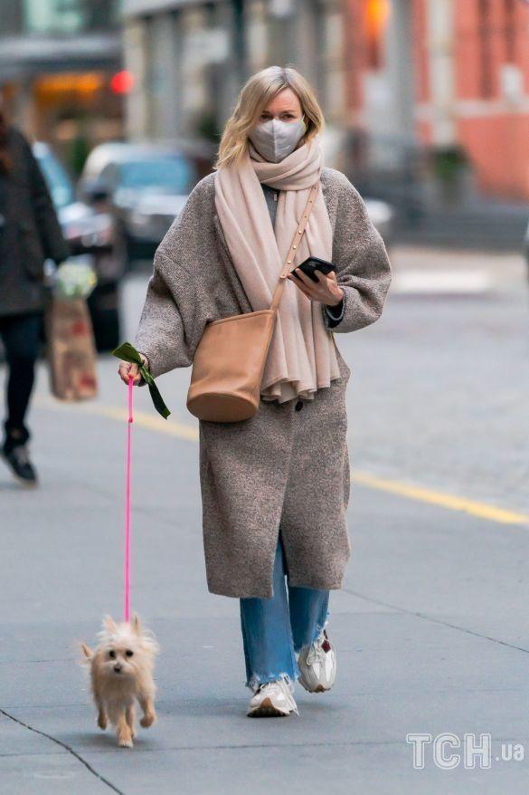 نعومي واتس برفقة كلبها المفضل