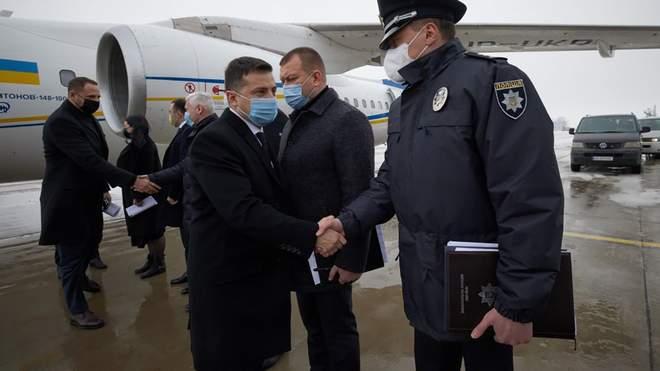 وصول الرئيس الاوكراني الى موقع الحريق في خاركيف
