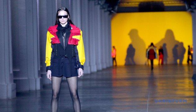 أسبوع الموضة الأوكراني: عالم العزلة ، التطريز اليدوي ، وملابس مثالية