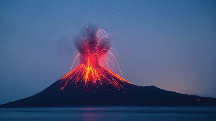 البركان بدأ ينفجر على الهواء مباشرة