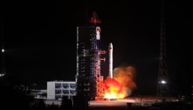 الصين تطلق قمرا صناعيا تجريبيا