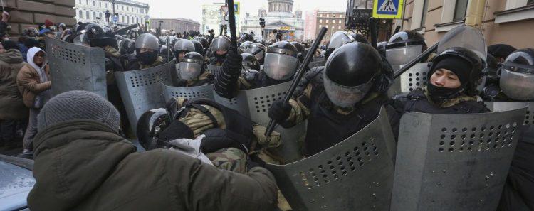 طرائف في روسيا محاكمة اخرس لخروجه في المظاهرات لترديده شعارات