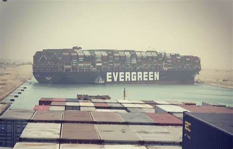 أزمة قناة السويس أكثر من ثلاثمئة سفينة عالقة عند مدخل القناة.