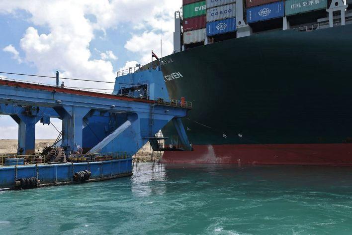 إرسال قاطرات إضافية لدعم السفينة التي أغلقت قناة السويس