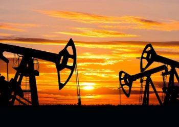 النفط يتراجع بعد ارتفاعه بسبب حادثة قناة السويس