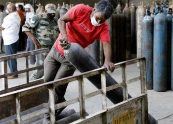 الجيش يسلّم اسطوانات الأكسجين الى المستشفيات في الهند
