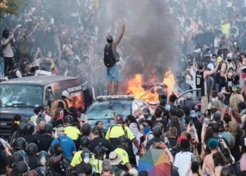 اندلعت الاحتجاجات في مينيابوليس بعد أن أطلق ضابط شرطة النار على صبي أسود