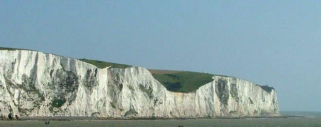 انهيار صخور جوراسية على شاطئ في جنوب بريطانيا