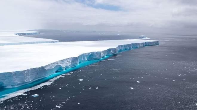 ذوبان أكبر جبل جليدي في العالم ينذر بالخطر