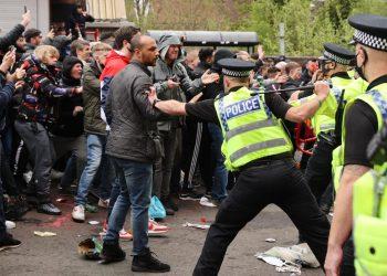 الجماهير تقتحم ملعب مباراة ليفربول ومانشستر يونايتد وتوقف المباراة