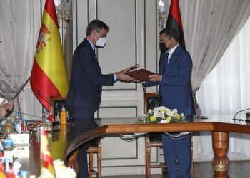 Spanish Prime Minister Pedro Sanchez (L) and his Libyan counterpart Abdulhamid Dbeibah exchange signed documents during a meeting in the Libyan capital Tripoli on June 3, 2021. / AFP / Mahmud TURKIA