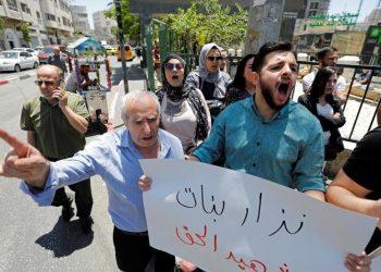 وفاة منتقد للسلطة الفلسطينية بعد اعتقال عنيف