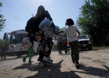 اقتلعوا مرة أخرى: مهاجرون فنزويليون يعبرون الحدود الأمريكية بأعداد كبيرة