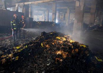 احتجاز صاحب مصنع في بنغلاديش بعد مقتل 52 شخصًا في حريق