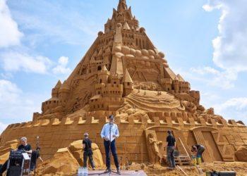 بناء أطول قلعة رملية في العالم