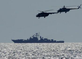"""أجرت أوكرانيا وحلف شمال الأطلسي مناورات في البحر الأسود شملت عشرات السفن الحربية في عرض استمر أسبوعين لعلاقاتهما الدفاعية القوية وقدراتهما في أعقاب مواجهة بين القوات العسكرية الروسية ومدمرة بريطانية قبالة شبه جزيرة القرم الشهر الماضي. تضمنت مناورات Sea Breeze 2021 التي من المقرر أن تختتم يوم السبت حوالي 30 سفينة حربية و 40 طائرة من أعضاء الناتو وأوكرانيا. وقال قبطان المدمرة الأمريكية يو إس إس روس التي شاركت في التدريبات ، إن التدريبات تهدف إلى تحسين كيفية عمل المعدات والأفراد من الدول المشاركة معًا. """"نود أن نثبت للجميع ، للمجتمع الدولي ، أنه لا يمكن لدولة واحدة أن تطالب بالبحر الأسود أو أي هيئة دولية للمياه"""" ، قال القائد. وقال جون د. جون على متن المدمرة المزودة بالصواريخ الموجهة التي تم نشرها سابقًا في المنطقة لإجراء التدريبات. """"هذه المسطحات المائية ملك للمجتمع الدولي ، ونحن ملتزمون بضمان وصول جميع الدول إلى الممرات المائية الدولية."""" وقالت وزارة الدفاع الروسية إنها تراقب سي بريز عن كثب. كما أجرى الجيش الروسي سلسلة من التدريبات الموازية في البحر الأسود وجنوب غرب روسيا ، حيث تدربت الطائرات الحربية على عمليات قصف ونشر صواريخ دفاع جوي بعيدة المدى لحماية الساحل. في الشهر الماضي ، قالت روسيا إن إحدى سفنها الحربية في البحر الأسود أطلقت طلقات تحذيرية وألقت طائرة حربية قنابل في طريق مدمرة HMS Defender ، وهي مدمرة تابعة للبحرية الملكية البريطانية ، لمطاردتها بعيدًا عن منطقة بالقرب من شبه جزيرة القرم تدعي موسكو أنها أراضيها. مياه. ونددت روسيا بوجود ديفندر ووصفته بأنه استفزاز وحذرت من أنها قد تطلق في المرة القادمة النار لضرب السفن الحربية المتطفلة. أصرت بريطانيا ، التي لم تعترف مثل معظم الدول الأخرى بضم روسيا لشبه جزيرة القرم من أوكرانيا في عام 2014 ، إلى أن المدافع لم يتم إطلاق النار عليه في 23 يونيو ، وقالت إنها كانت تبحر في المياه الأوكرانية عندما أطلقت روسيا طائراتها في الجو وسُمع صوت إطلاق نار. خلال المواجهة. وزاد الحادث من التوترات بين روسيا وحلفاء الناتو. وانخفضت العلاقات بين روسيا والغرب إلى أدنى مستوياتها بعد الحرب الباردة بسبب ضم موسكو لشبه جزيرة القرم عام 2014 ودعمها للتمرد الانفصالي في شرق أوكرانيا واتهاماتها لهجمات القرصنة الروسية والتدخل في الانتخابات ومثيرات أخرى"""