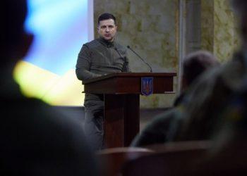 زيلينسكي يصل إلى منطقة زيتومير لتحية الجيش وتفتيش الأسلحة
