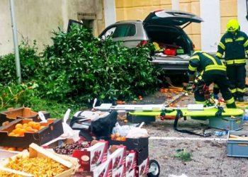 سائق بعمر 87 عامًا يفجر متجراً للخضروات ويصيب 12 شخصاً