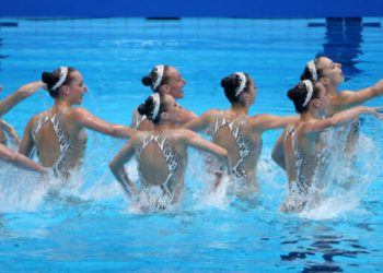 أوكرانيا تفوز بأول ميدالة في مسابقة فريق السباحة الفني.