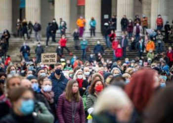 إحتجاجات من قبل آلاف المواطنين على شهادات مطعوم كورونا في إيطاليا