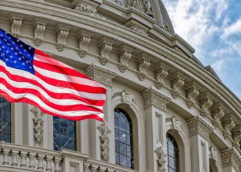 الولايات المتحدة قد تحظر دخول الأجانب غير المطعمين