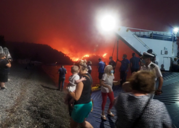 اليونان تكافح حرائق غابات لليوم السادس.