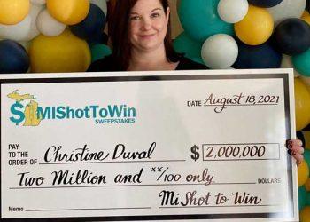 امرأة في الولايات المتحدة تأخذ لقاح كوفيد وتصبح مليونيرة