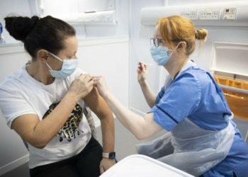 تطعيم ثلاثة أرباع البالغين البريطانيين