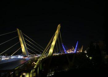 جسر عبدون يضيئ بألوان العلم الأوكراني.