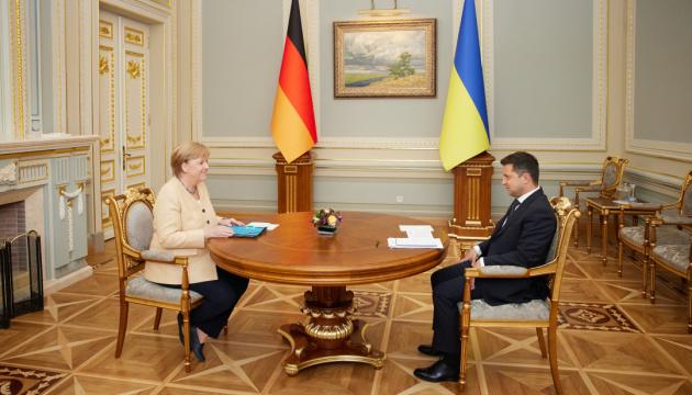 زيلينسكي: أجلت أوكرانيا أكثر من 160 شخصا من أفغانستان