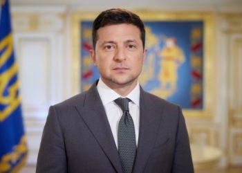 زيلينسكي يشارك في رفع علم الدولة في المركز الجغرافي لأوكرانيا