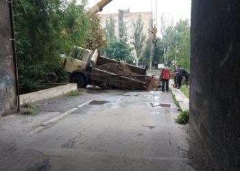 سقوط شاحنة في حفرة من الأسفلت في دونيتسك