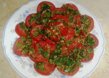 سلطة طماطم مخللة بالثوم والخل