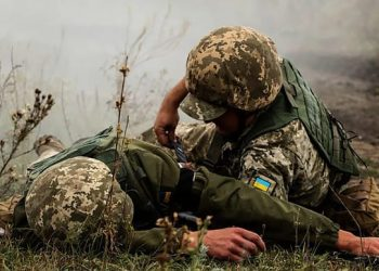 قتل جنديًا أوكرانيًا وجرح آخر.