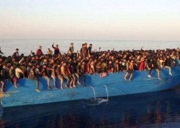نقل أكثر من 500 مهاجر من قارب قبالة جزيرة إيطالية