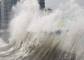 إعصار تيفون يضرب اليابان عملية الإخلاء تبدأ