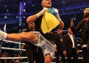رقص أوسيك الهوباك مع علم أوكرانيا بعد الانتصار على جوشوا