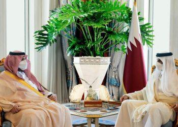 أمير قطر يستقبل الوزير السعودي